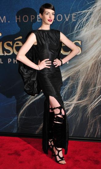 Anne Hathaway rate sa tenue et flashe les paparazzis a la premiere du film Les Miserables