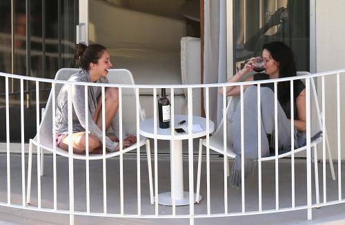 Jennifer Lawrence fume du pot en vacances