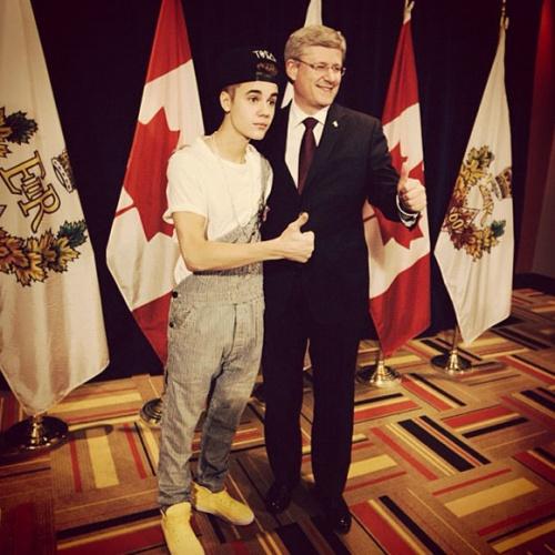 Justin Bieber recoit une medaille du jubile de diamant par Stephen Harper