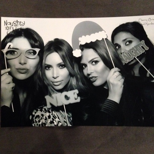 Kim Kardashian a le visage fige sur ses photos de Noel