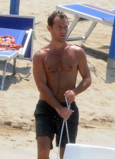 La galerie SEXY du jour: Jude Law est torride avec du poil