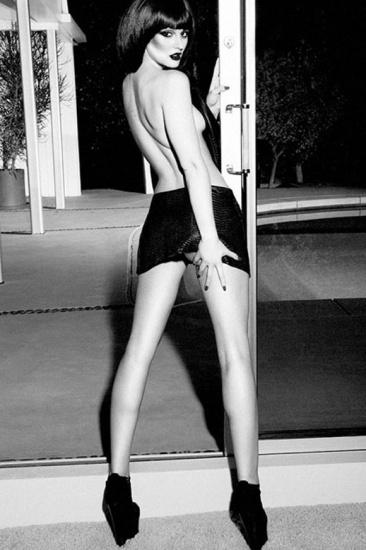 Leighton Meester pose topless pour Flaunt Magazine