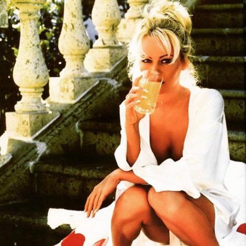 Pamela Anderson en vedette dans la miniserie Sur Vie avec Mariloup Wolfe