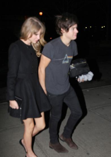 Taylor Swift et Harry Styles main dans la main devant l hotel de la chanteuse