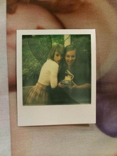 Taylor Swift recoit des fans chez elle pour une ecoute exclusive de son album 1989