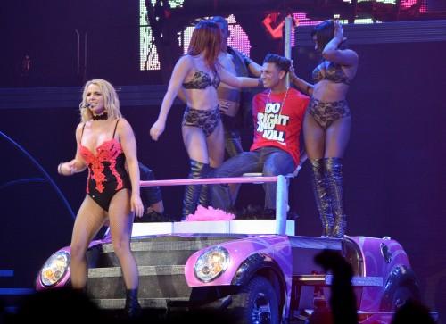 Britney gâte Pauly D lors du dernier show de sa tournée The Femme Fatale Tour!