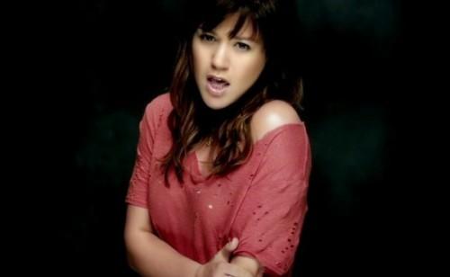 Kelly Clarkson lance Dark Side - Nouveauté vidéoclip