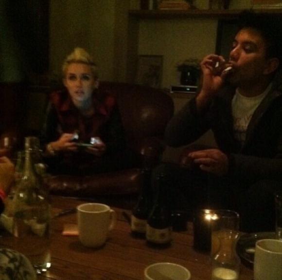 Le Buzz - La photo de Miley Cyrus qui fume de la marijuana