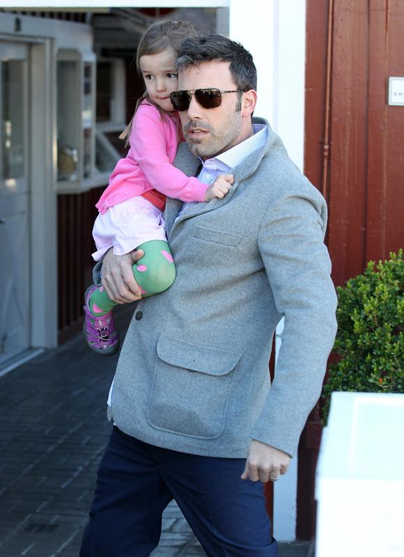 Ben Affleck et sa fille Seraphina se font entourer par des paparazzis insistants