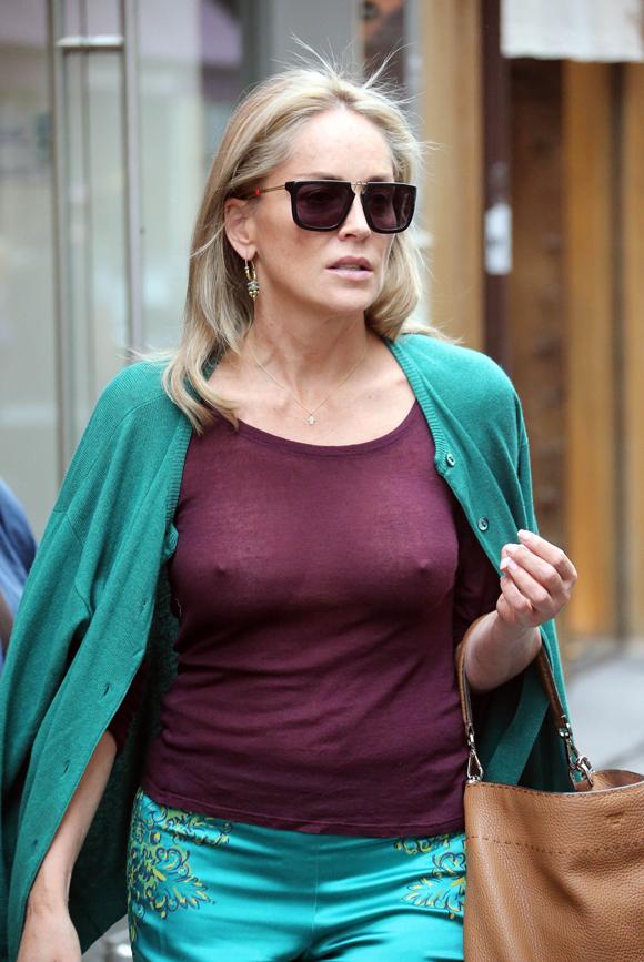 Sharon Stone sans soutien-gorge à Paris
