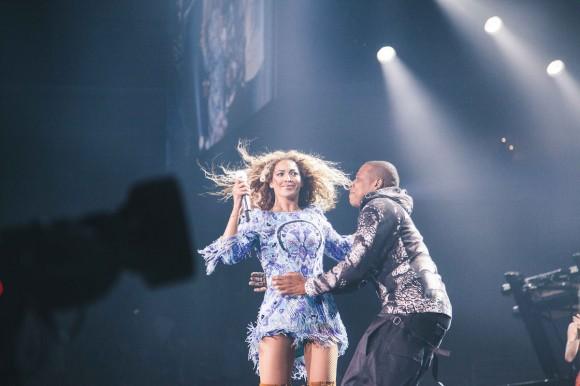 Jay-Z donne des bonus de 50 000$ à ses employés et surprend Beyoncé sur scène