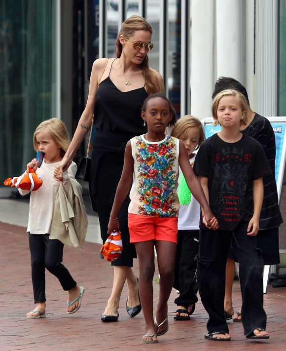 Angelina Jolie A Un Nouveau Tatouage Hollywoodpq Com