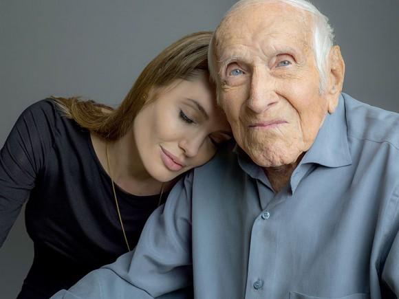 Angelina Jolie pose avec héros de l'ombre Louis Zamperini pour son film Unbroken