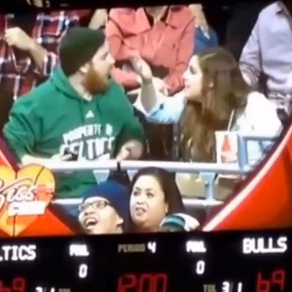Le BUZZ - La Kiss Cam des Chicago Bulls capture une chicane de couple