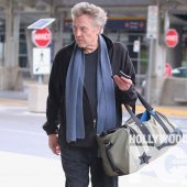 Christopher Walken arrive à l'aéroport de Montréal - SPOTTED