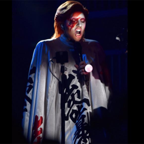 Lady Gaga rend un vibran hommage à David Bowie aux Grammys