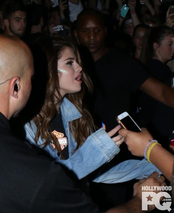 SPOTTED: Selena Gomez pose avec ses fans à Montréal