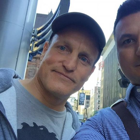 Woody Harrelson surpris par un fan sur Sainte-Catherine à Montréal - SPOTTED