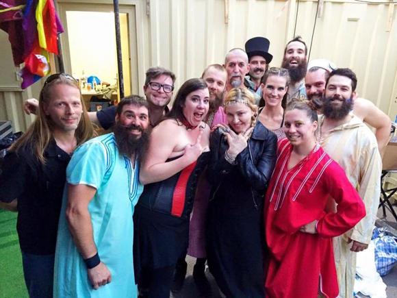 Madonna avec la troupe québécoise du Cirque Alfonse à Londres