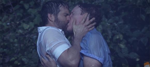 Ryan Reynolds et Conan O'Brien recréent la fameuse scène du baiser sous la pluie de The Notebook