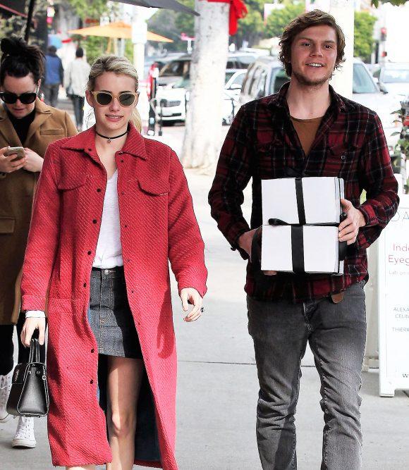 Emma Roberts et Evan Peters sont de nouveau fiancés