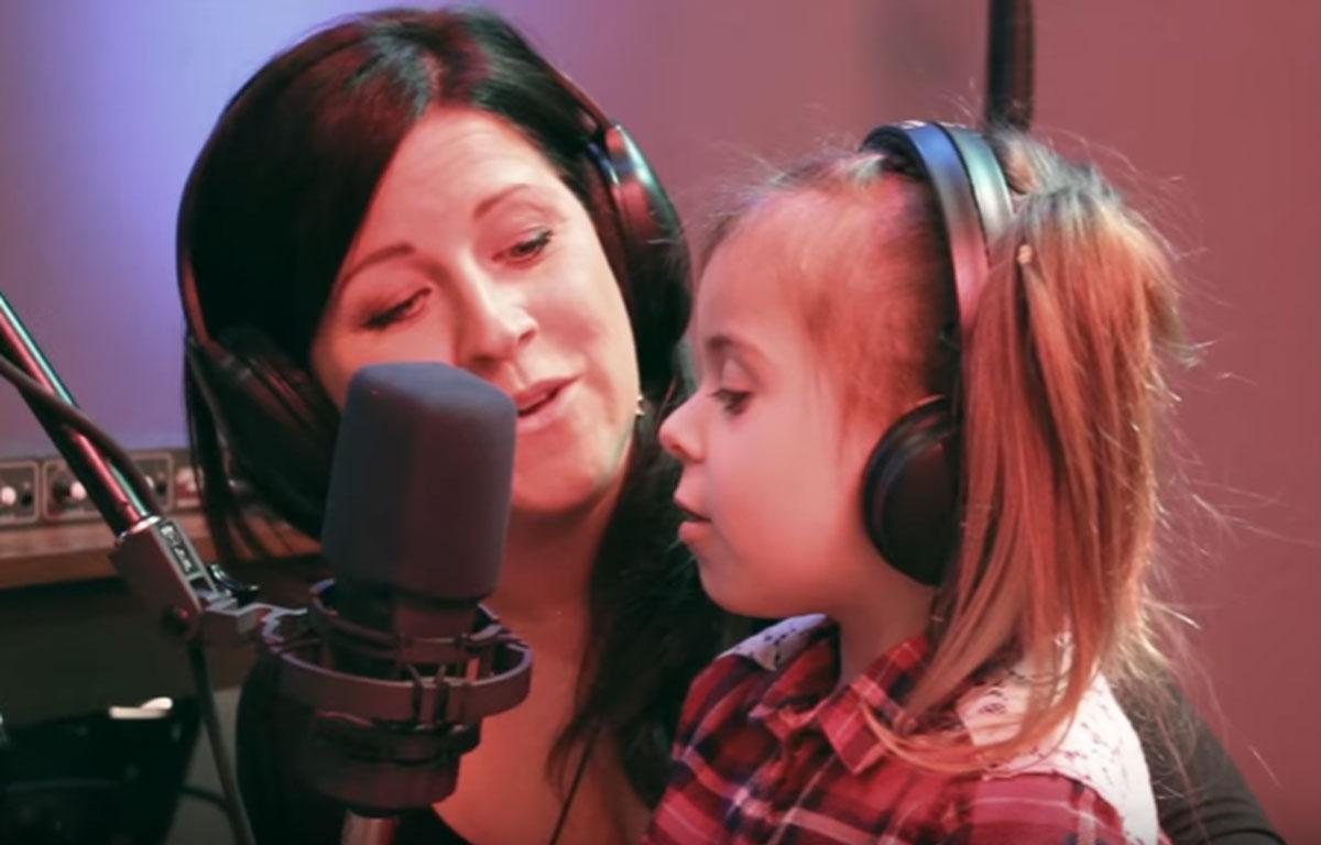 Marie-Élaine Thibert chante avec sa fille de 4 ans et on