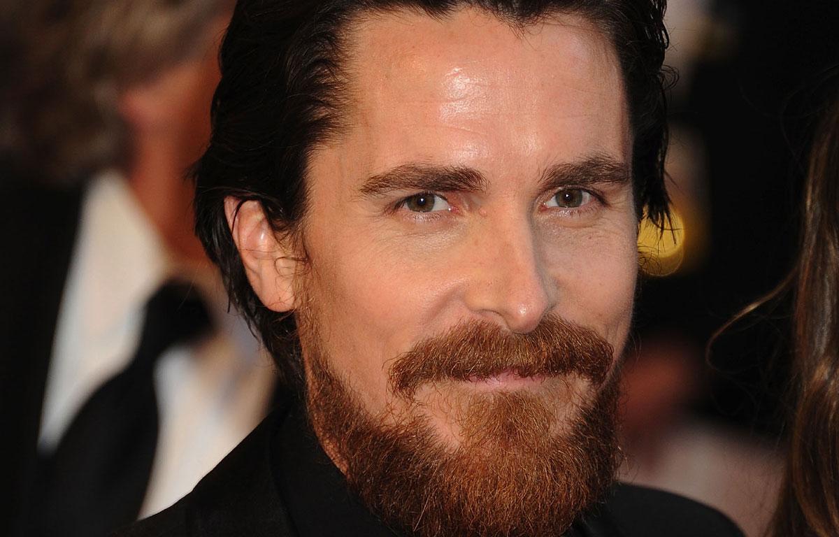 Christian Bale ne ressemble VRAIMENT plus à ça!