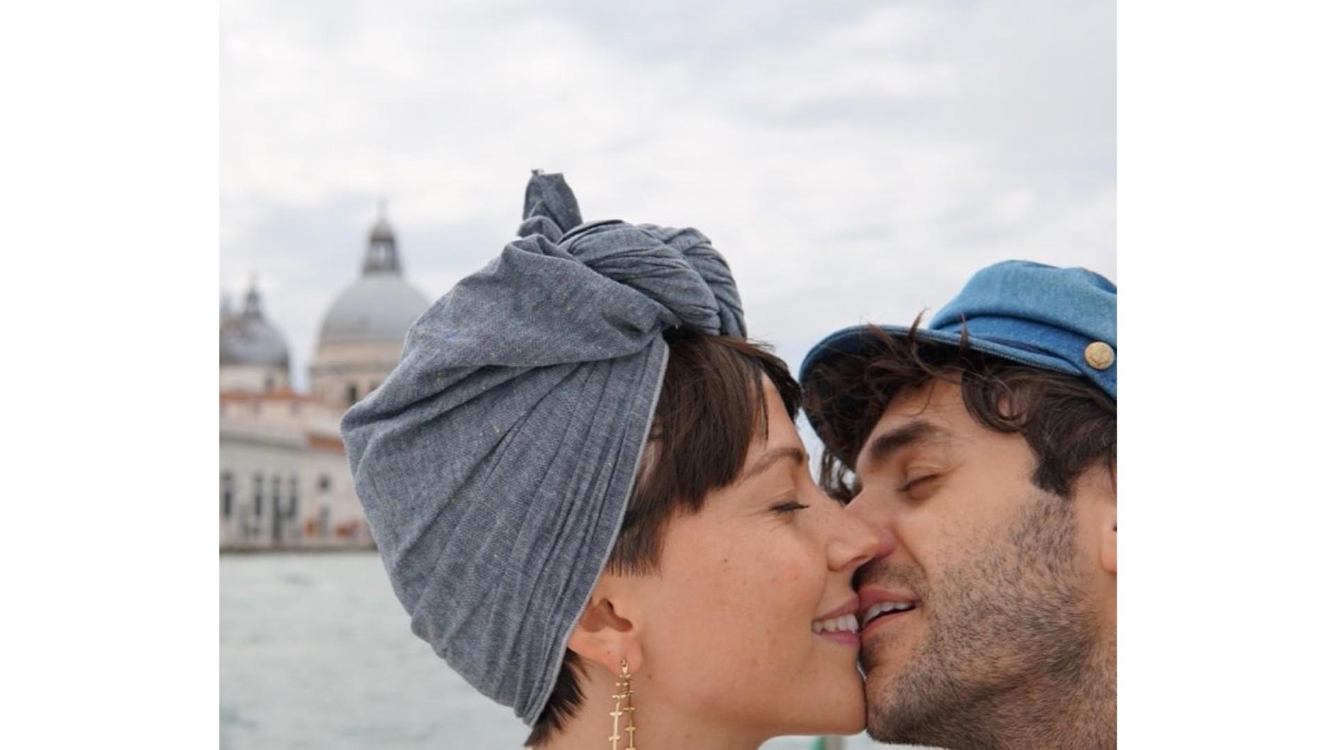 Vanessa et Alex s'embrassant
