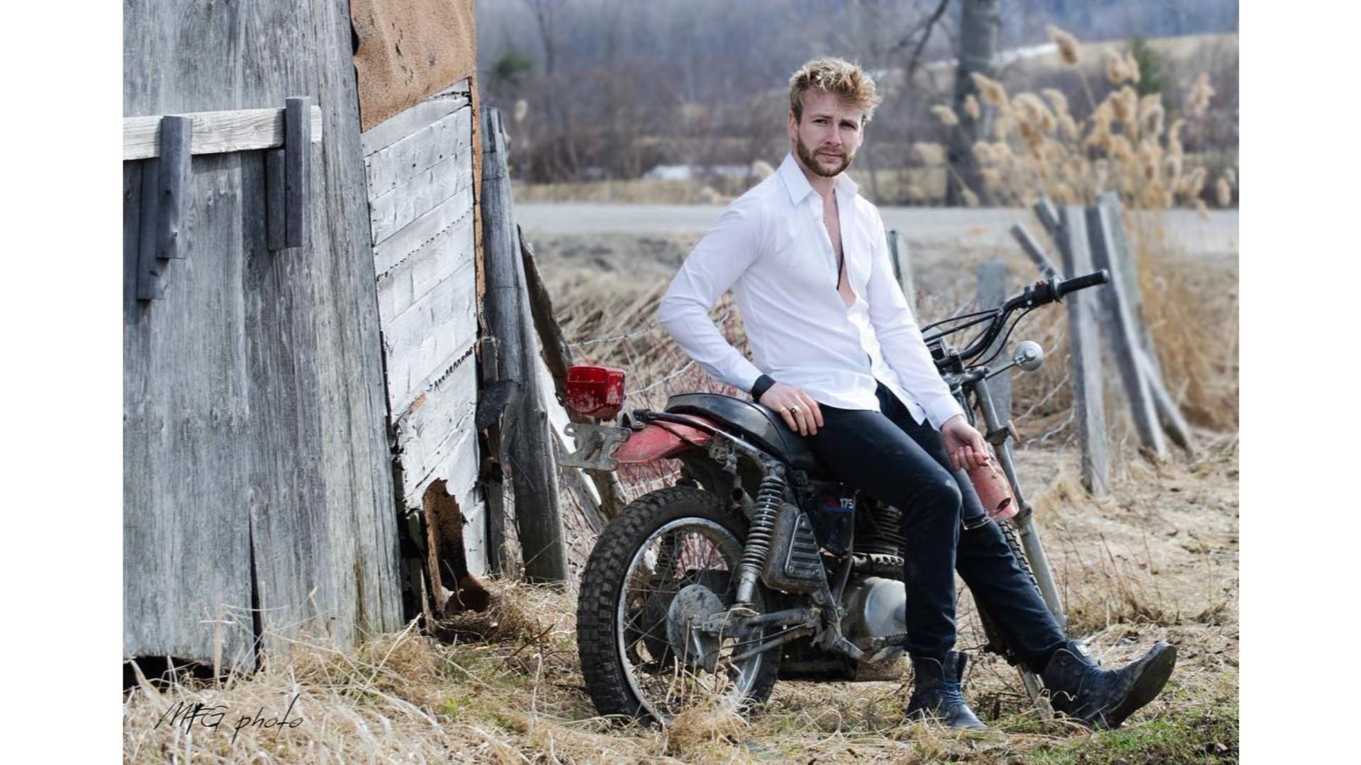 Yoan, une moto et une chemise détachée