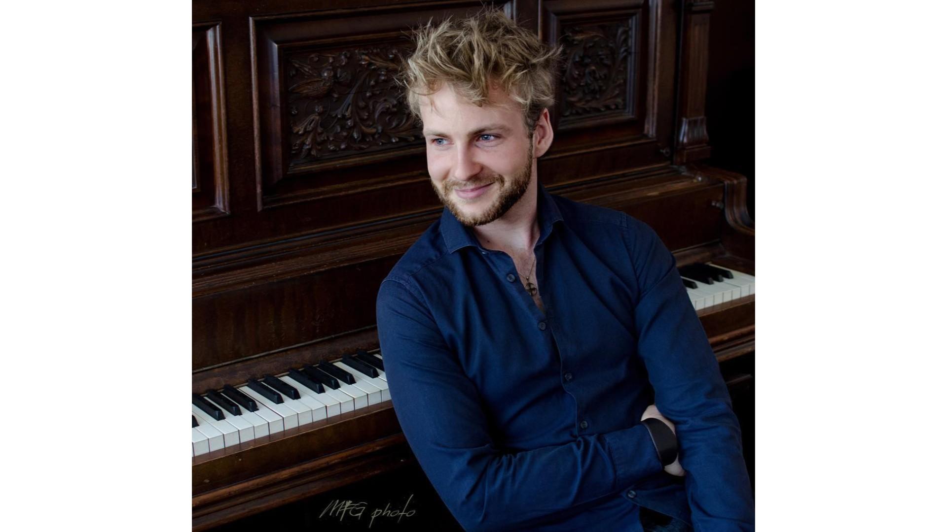 Yoan, un piano et une chemise détachée