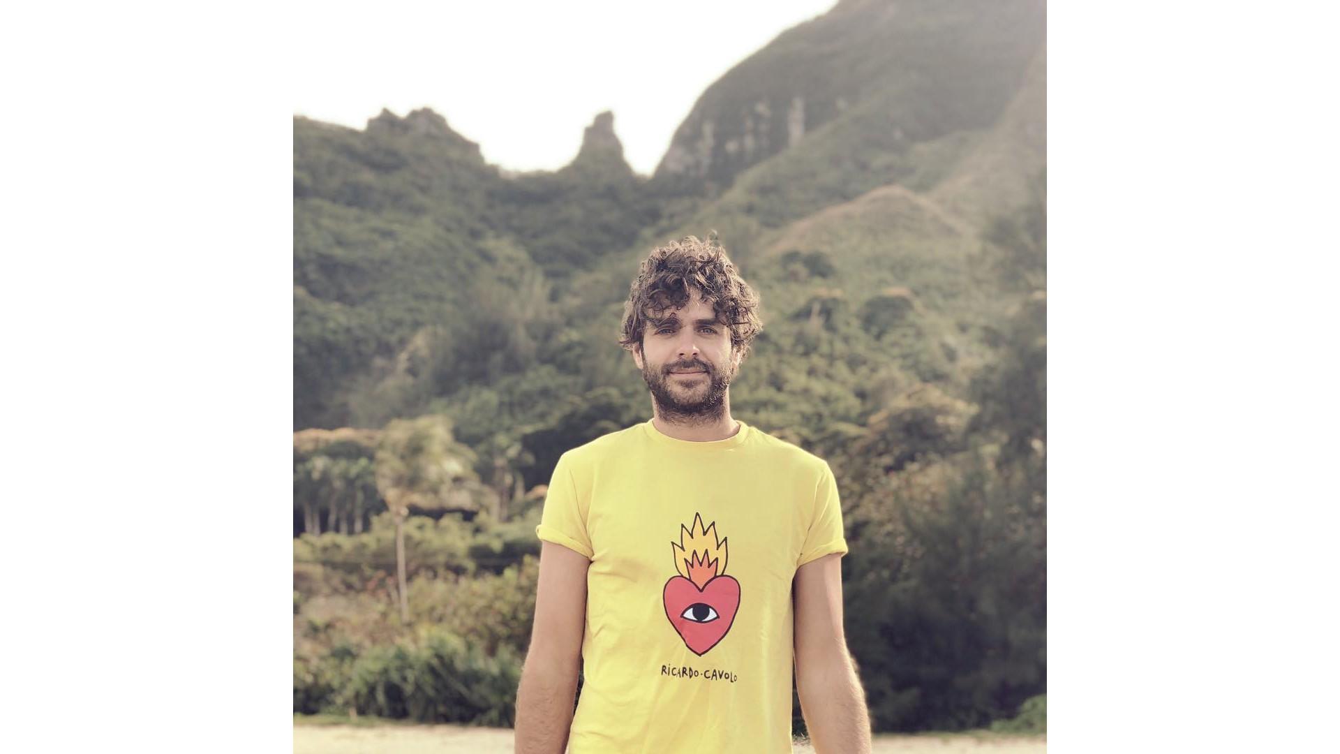 Alex Nevsky et son t-shirt aux couleurs éclatantes