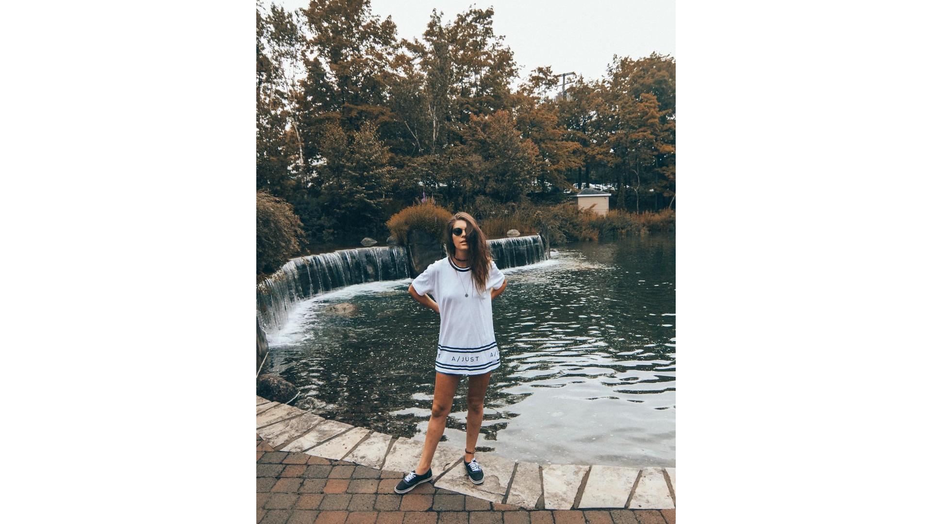 OD Grèce: 18 photos de Jessika, l'ex-chanteuse pop aventurière